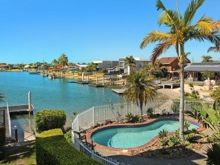 2 bedroom + Sofa bed (sleep 6) apartment on canal in the heart of Mooloolaba