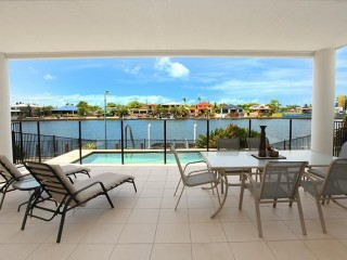 4 +1 bedroom home with pool and aircon on the Parreara Canal, save $50 per night in January 18