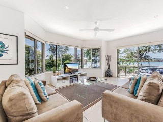 Aarons Villa - Waterfront Perfectly located on Gympie Terrace