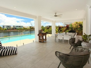 5 bedroom canal side home with pool and airconditioning