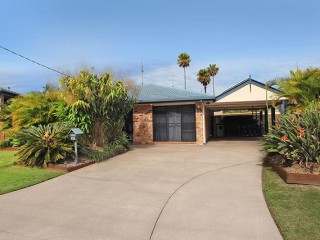 4 bedroom home with pool, 800 metres away from the beach and Alex surf club..