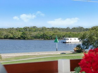 ARGUABLY ONE OF THE BEST LOCATIONS WITH VIEWS OVERLOOKING THE PRISTINE PUMICESTONE PASSAGE