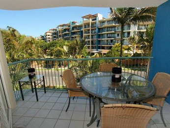 Beachy Two Bedroom Apartment Metres to the Beach